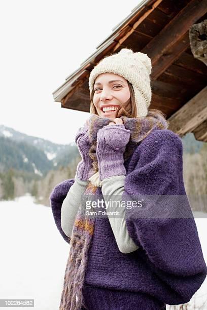 Frau im Freien im Schnee