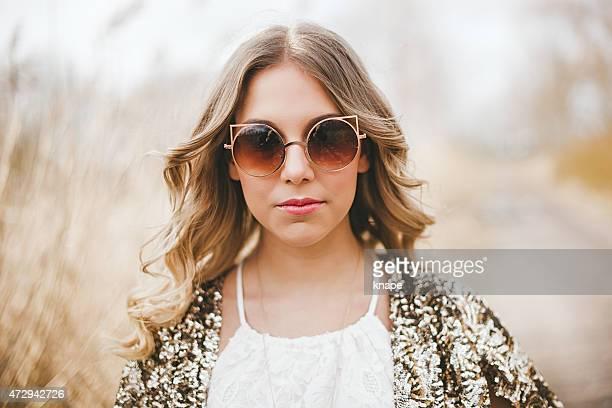 Frau im Freien im Frühling Natur mit modische Sonnenbrille