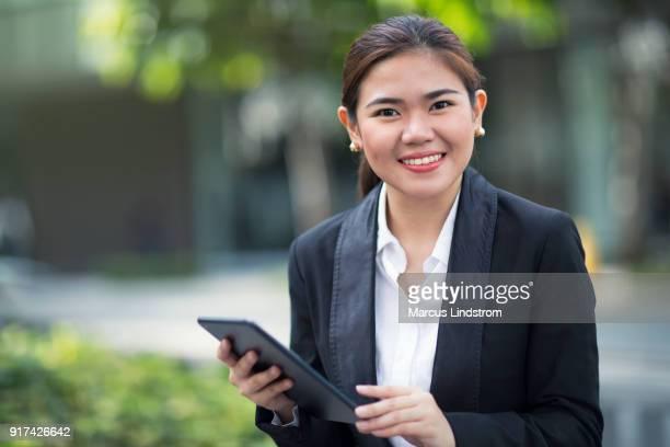 mujer al aire libre con una tableta - filipinas fotografías e imágenes de stock