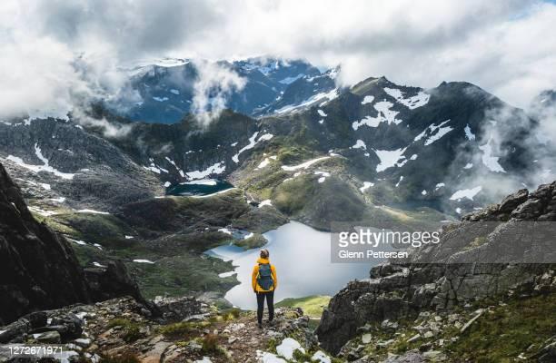 frau mit blick auf das verträumte tal in norwegen. - norwegen stock-fotos und bilder