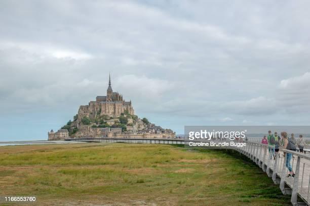 ル・モン・サン・ミッシェルを見下ろす女性 - モンサンミッシェル ストックフォトと画像