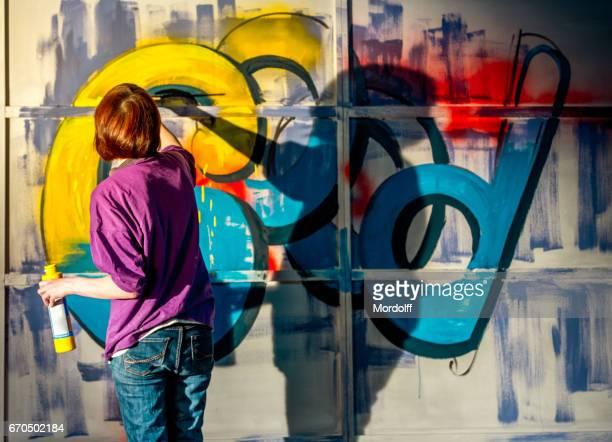 Vrouw schilder Is het tekenen van Graffiti