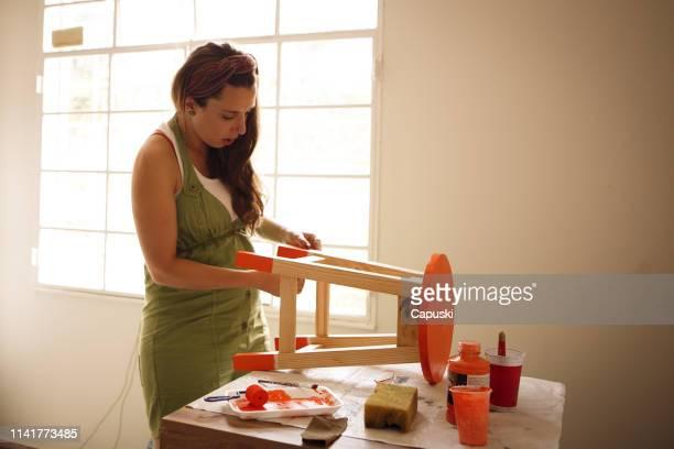mulher que pinta um banco - arte e artesanato assunto - fotografias e filmes do acervo