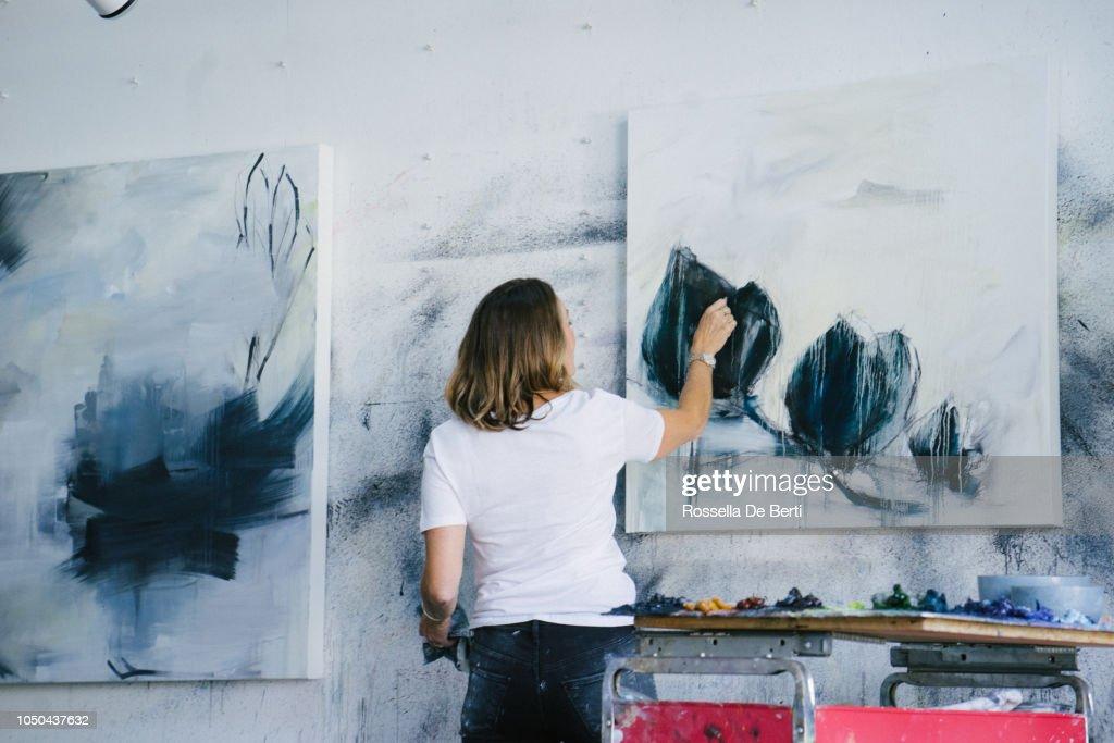 Frau-Leinwand im Atelier : Stock-Foto