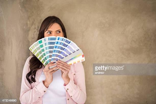 Frau painting Ihren Hous'und denken über die Farbe