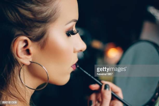 lábios de pintura de mulher - brinco - fotografias e filmes do acervo