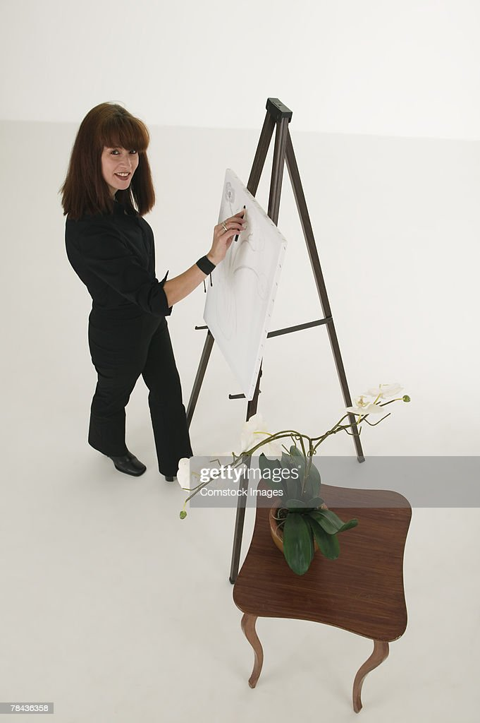Woman painting on canvas : Stockfoto