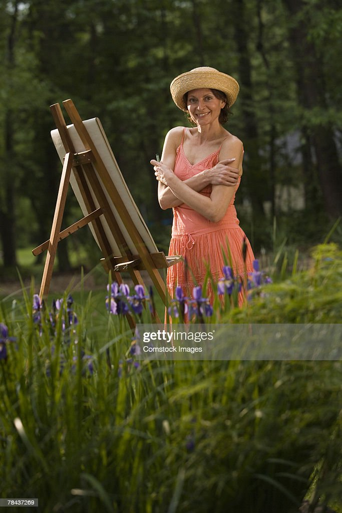Woman painting outdoors : Stockfoto