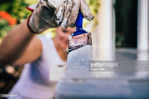 woman painting table furniture. - renovierung themengebiet stock-fotos und bilder