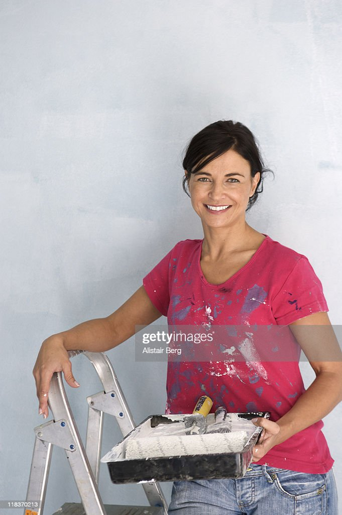 Woman painting wall : Foto stock