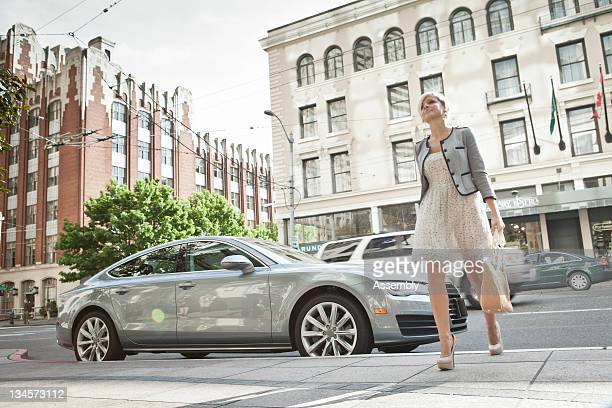 a woman parks her car downtown. - ミニドレス ストックフォトと画像