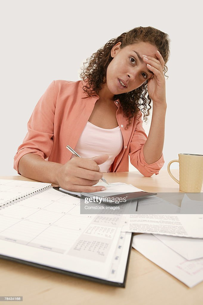 Woman paying bills : Stockfoto