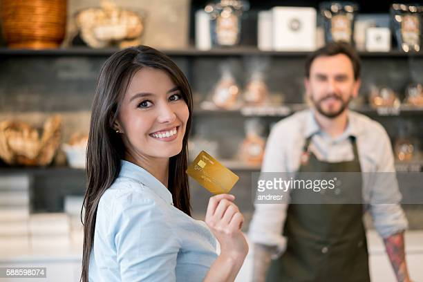 Frau bezahlen mit Kreditkarte an der Kasse des bakery