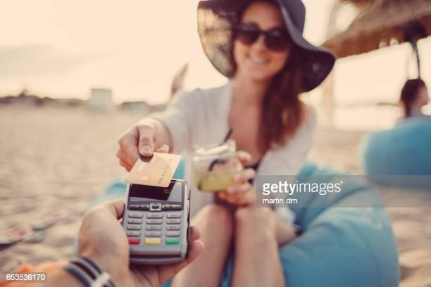Frau, die kontaktlose mit Kreditkarte bezahlen