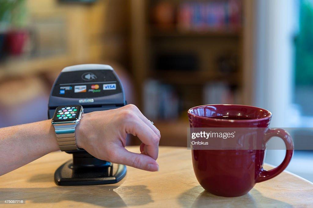 Mulher pagando com maçã Assista e leitores eletrônicos  : Foto de stock