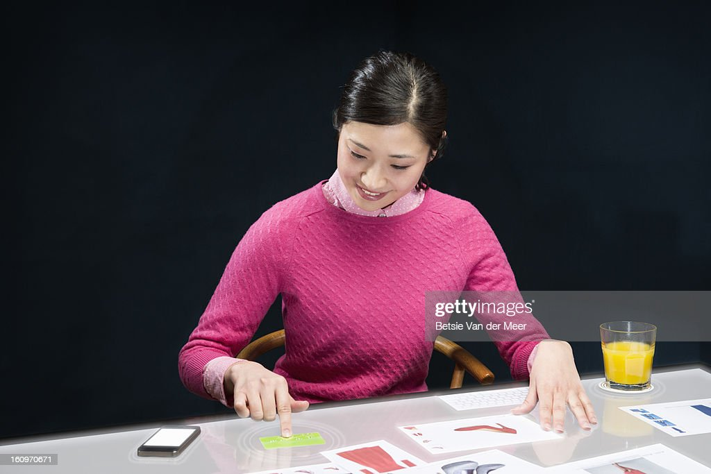 woman pays with creditcard on interactive table. : Foto de stock