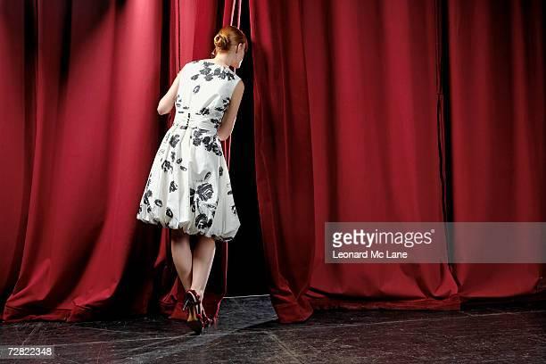 女性からのぞくステージカーテン、背面外観 - あがり症 ストックフォトと画像