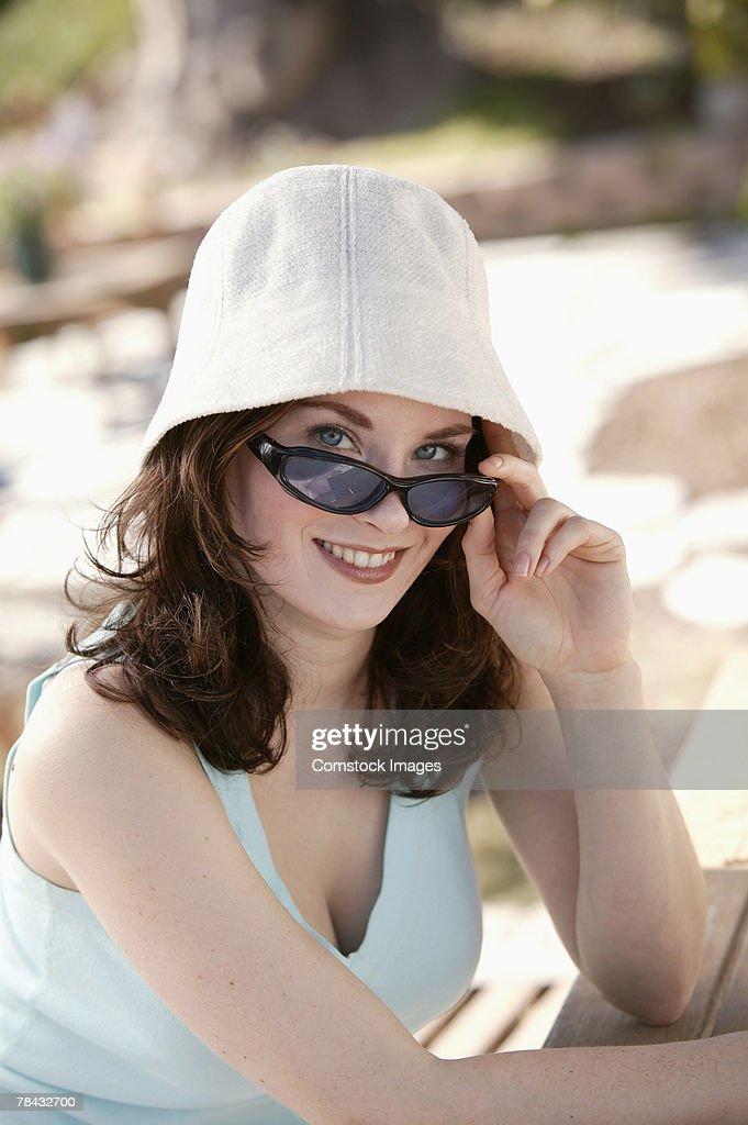 Woman peering over sunglasses : Stockfoto