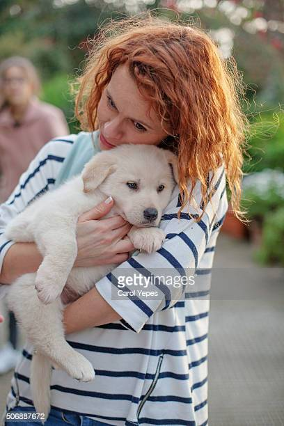 woman  petting dog - jeune fille rousse photos et images de collection