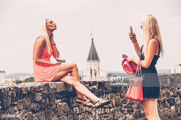Frau Fotografieren Freund einen Kuss im Freien