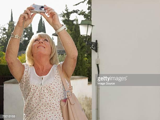 woman photographing with a digital camera - alleen één oudere vrouw stockfoto's en -beelden