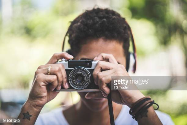 mulher fotografando com câmera retro - gratis - fotografias e filmes do acervo
