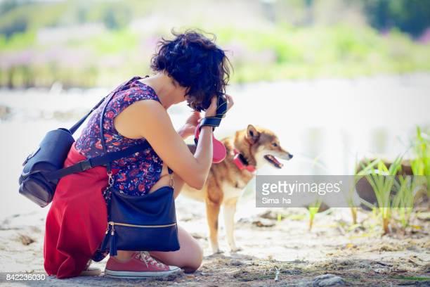 Fotografías de una mujer el Shiba inu