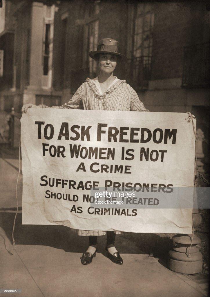 Suffragist Holds Picket Sign : Nachrichtenfoto