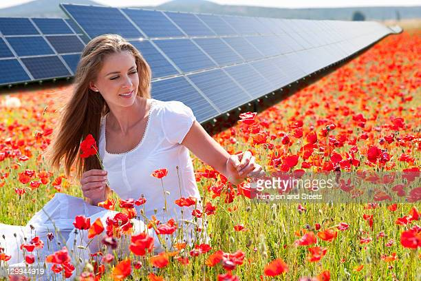 Frau Blumen pflücken von Sonnenkollektoren