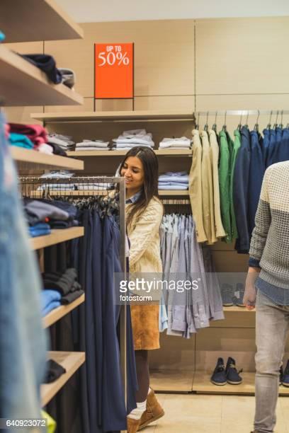 Frau Kleidung auf Rack Kommissionierung