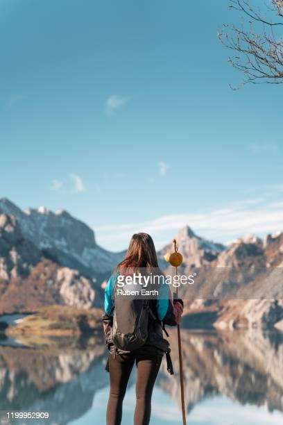 woman pilgrim on the way to santiago de compostela looking at the landscape and mountains - comunidad autónoma de castilla y león fotografías e imágenes de stock