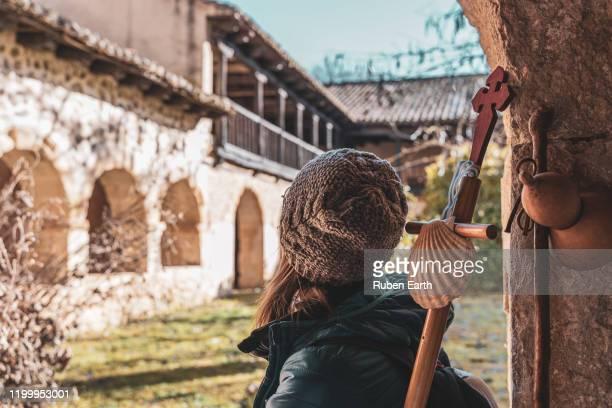 woman pilgrim on the way to santiago de compostela - peregrino fotografías e imágenes de stock