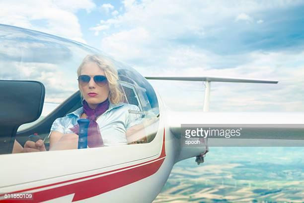 Donna pilota di un glider.