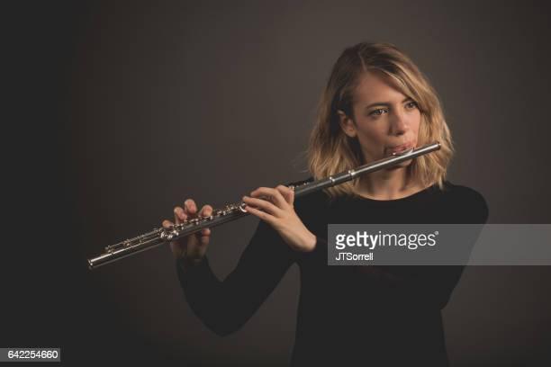 Mujer tocando una flauta