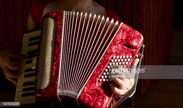 Frau spielt Akkordeon