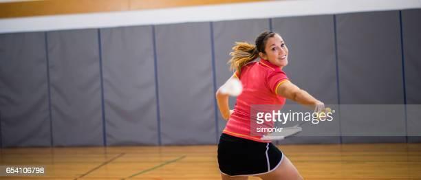Frau spielen badminton