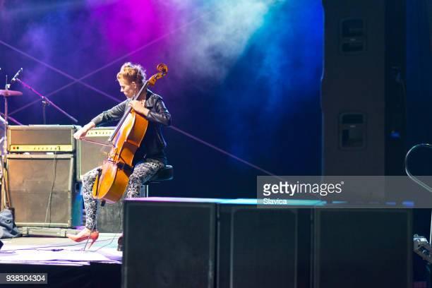 mujer tocando el cello en el concierto en vivo - stringed instrument fotografías e imágenes de stock
