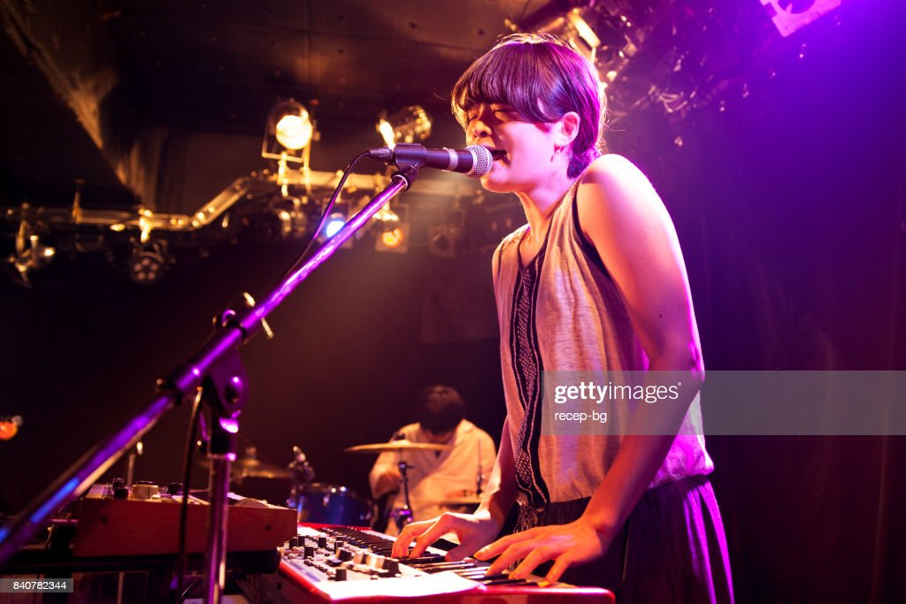 Mulher tocando teclado eletrônico em evento ao vivo : Foto de stock