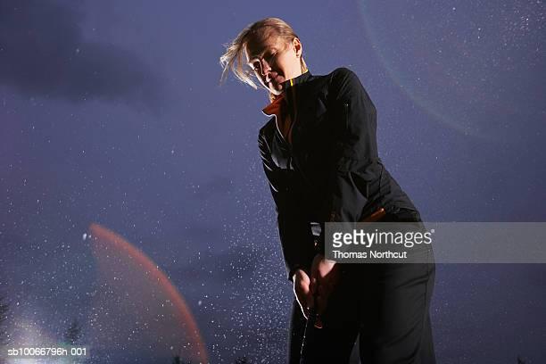 女性がゴルフ、低角度のビュー