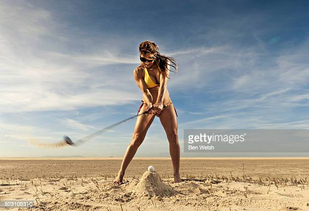 woman playing golf on beach - giochi erotici foto e immagini stock