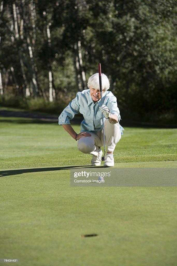 Woman playing golf : Stockfoto