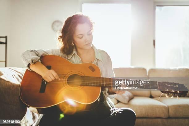 Frau, Gitarre zu spielen und genießen
