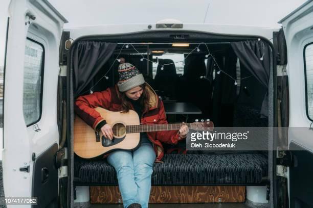 mulher tocando guitarra em van campista - compositor de música - fotografias e filmes do acervo