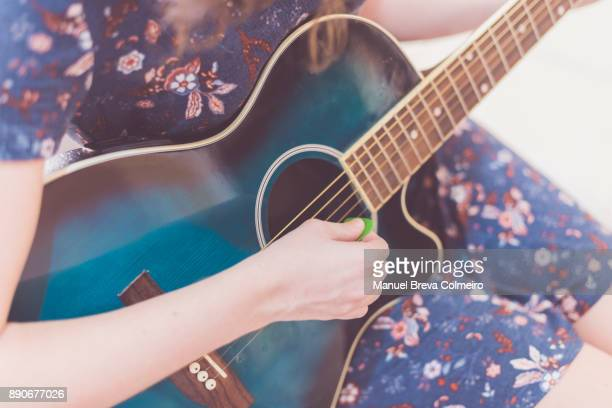 woman playing guitar - countrymusik bildbanksfoton och bilder