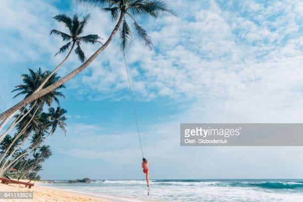 ロープ スイングで遊ぶ女性 - スリランカ ストックフォトと画像