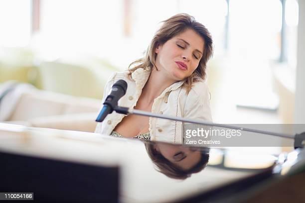 女性がピアノ