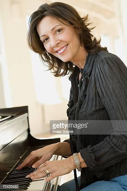woman playing piano - alleen één oudere vrouw stockfoto's en -beelden