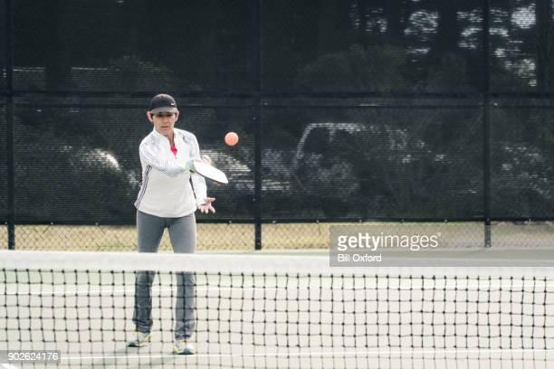 Femme jouant Pickleball