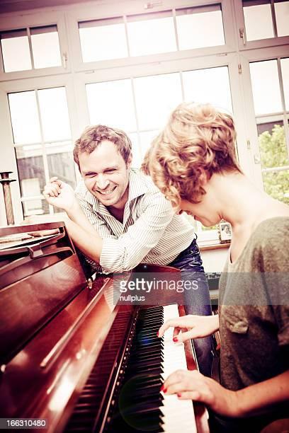 Frau spielt Klavier