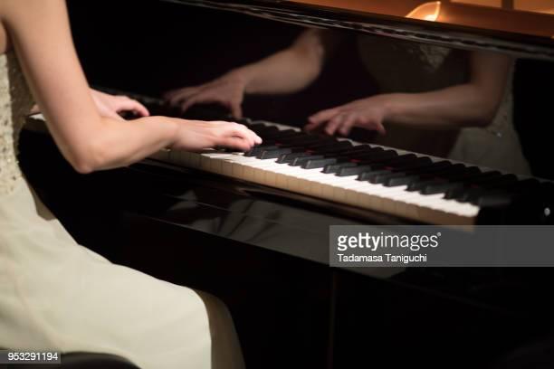 woman playing the piano - ピアノ奏者 ストックフォトと画像